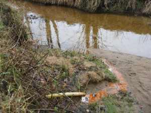 Eisenocker aus Drän belastet diesen Oste-Quellbach