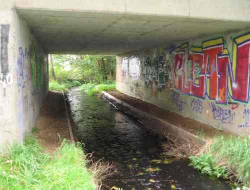 Kies und Geröll bieten durchgängigen Gewässergrund, auch der Otter kann jetzt dieses Bauwerk an Land passieren.