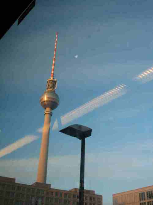 IMG_5301 - Berlin, komischer Kondensstreifen