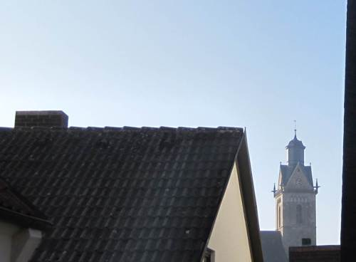 Früher Blick auf St. Kilian: blauer Himmel - wo steht das Fahrrad?