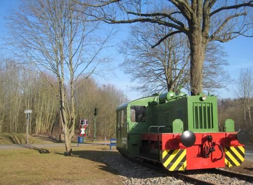 Symbolisch garniert mit Lok und diversen anderen Bahn-Utensilien startet der neue Radweg am Korbacher Stadtrand.