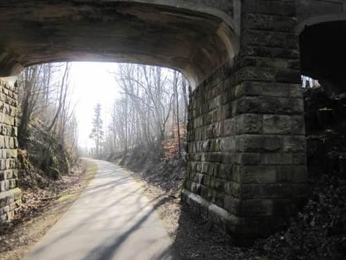Die möglichst gefällearme Herstellung der alten Bahntrasse hat viele Einschnitte mit ganz speziellem Kleinklima (und Hörgenuss!) zur Folge. Brücken sind häufig und vielfältig.