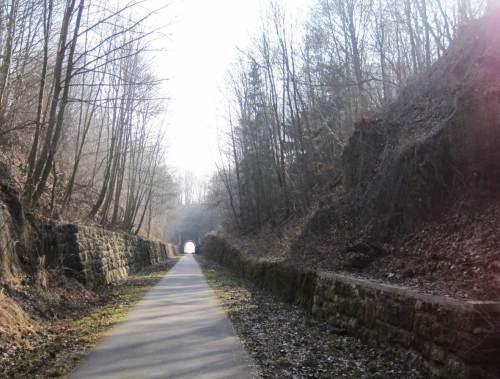 Und wenn dann mal ein Bisschen mehr Berg kommt ... - Achtung: Tunnel voraus!