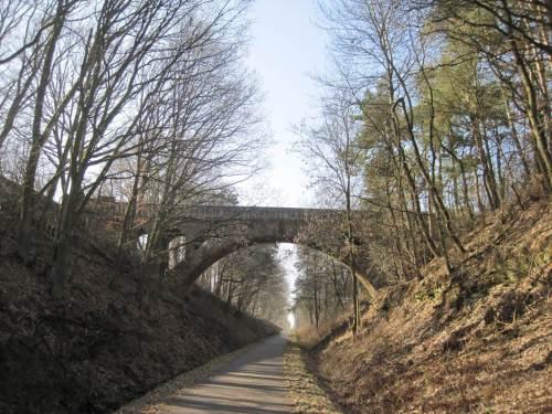 Brücke über Einschnitt, es geht weiter aufwärts.