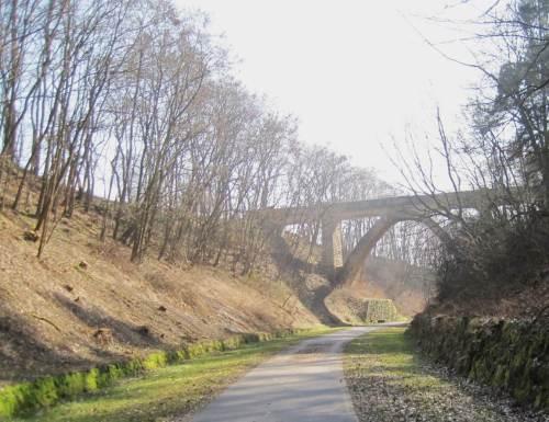 ... und gleich dahinter eine weitere Brücke - und was für eine schicke!