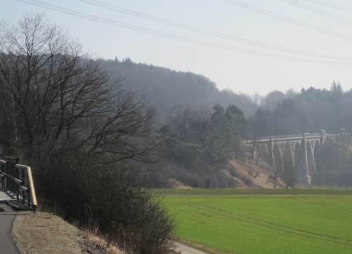 Jaaa, und jetzt: die Reiherbachtalbrücke, hoher Viadukt, voraus! (Wirklich wahr: für nicht Schwindelfreie gibt es eine Umfahrung.)