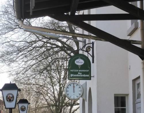 Der Beweis (die Lampen waren ja eben schon zweimal zu sehen): Bahnhof Netze - ich war da! Das Pfannkuchenhaus lockt manchen Feinschmecker.