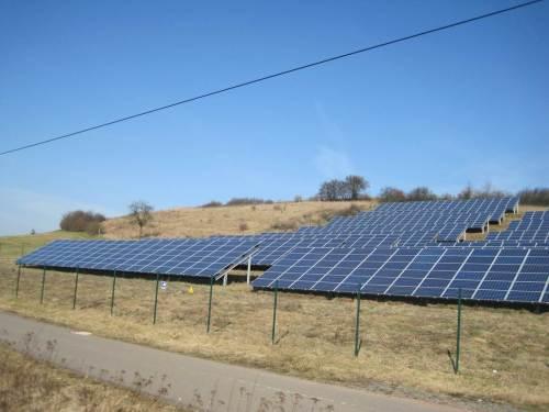 Eine der bösen Seiten der Solar-Subventionierung: Landschaftszerstörung für Paneele - als gäbe es nicht genug versiegelte Fläche, Dächer usw. usw. - Und als fehlten nicht allenthalben Freiflächen für die Natur! - Solch Subventionswahnsinn darf schon von Anbeginn an gar nicht möglich sein!