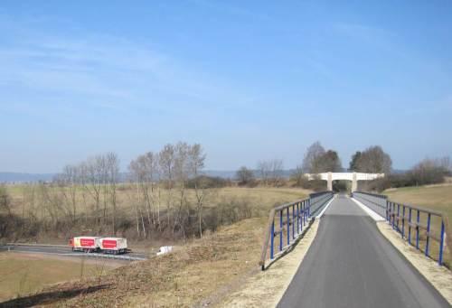 """Wieder am Viadukt über die Bundesstraße - der """"kleine"""" Lastzug zeigt, wie hoch ich drüber radele."""