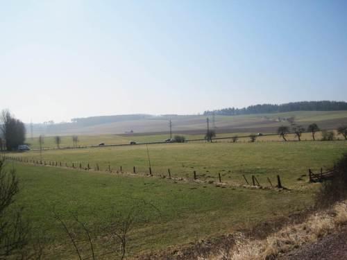 Es lärmt so schön über weite Distanz: Offenland, Bundesstraße, Offenland, Forst.