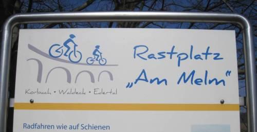 """Der Berg heisst """"Melm"""". Schild am Rast- / Einstiegsplatz erläutert die Situation."""
