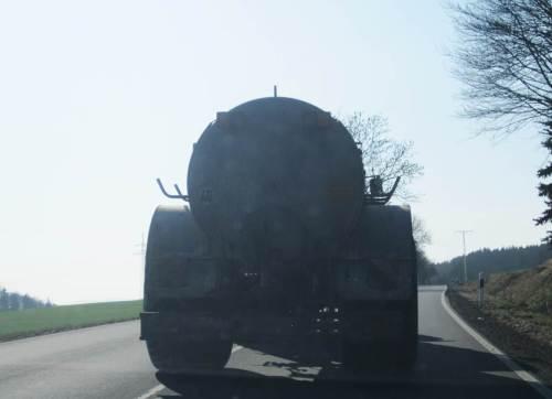 Und diese Geschosse - und die Langstreckentransporter für z.B. Mais Richtung Biogasanlage - belasten dann auch noch über Kilometer die Bundesstraßen und behindern den Verkehr.