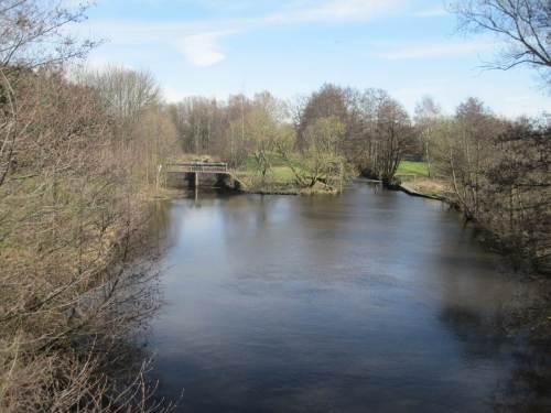 Blick von Oberstrom: Aufstau der Seeve (rechts oben das Wehr), damit Wasser links in den Seevekanal Richtung Harburger Industrie abgeleitet werden kann.