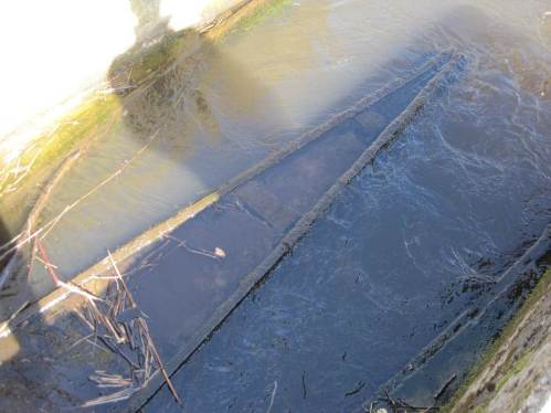 Die hydraulischen Untersuchungen der ursprünglichen Passplanung zeigten, dass die Betondurchlässe so heftig durchströmt wurden, dass Leitbahnen benötigt wurden. Hier ein Beispiel der jeweils unterstrom angebrachten Einbauten.