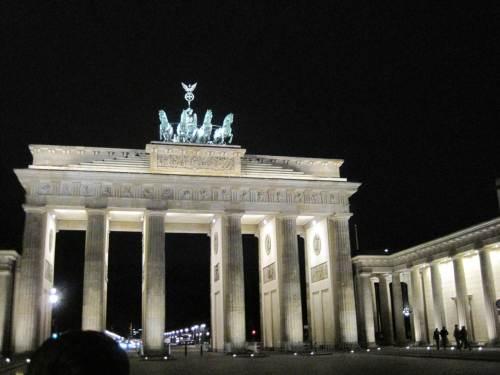 Noch ist das Brandenburger Tor erleuchtet. - Die Zeit läuft ...