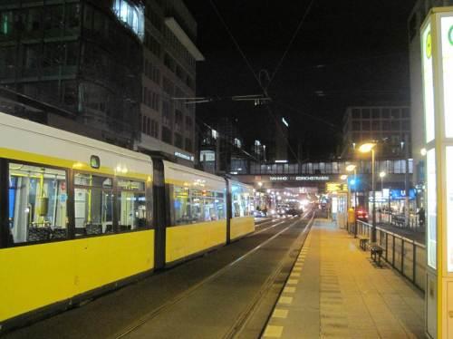 Der Weg führt uns zum Bahnhof Friedrichstraße zurück, wo uns die Straßenbahn erwartet.