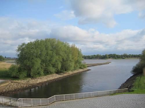 Blick vom Deich am Seevesiel Richtung Elbe - die eine Seite der Medaille.