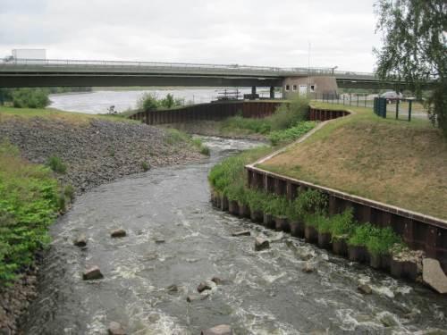 Wer Zeit hatte und die Örtlichkeit kennt, besuchte schnell noch den in den 1990ern erstellten Fischpass am Südufer der Elbe. Wie das Foto zeigt, ähnelt er mit Mäander einem rauschenden norwegischen Lachsfluss.