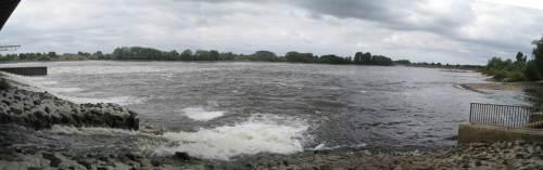 Auch zwischen dem rauschenden Hauptabfluss der Elbe und dem unteren Ende des Fischpasses wird durch zusätzliche Überläufe Lockströmung Richtung Fischpasseingang erzeugt.