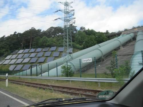Wer diesen Anblick der Rohre des Pumpspeicherwerks und der Solarzellenflächen kennt, weiss, unser Restaurant lag östlich - wir sind auf dem Rückweg Richtung Hamburg.