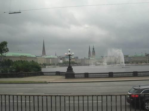 So sah die Binnenalster mittags am Dienstag, 26. Juni 2012, vom Zug aus aus. Der Wind blies die Fontäne zu einer breiten Wasserwand ...