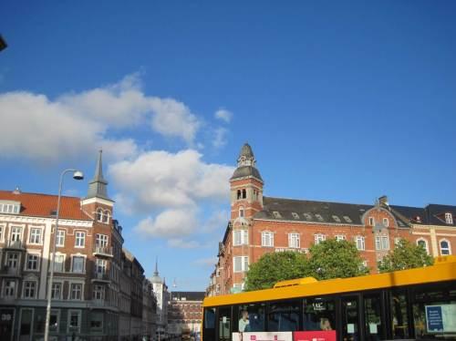 Angekommen! Der Blick über den Bahnhofsvorplatz zeigt typische Teile des alten Aalborg.