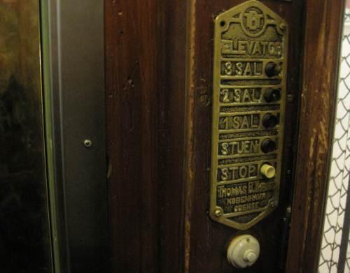 Schick, in historischem Aufzug fahre ich Richtung Hotelzimmer.