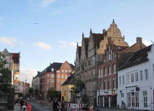 Historische Altstadt - das gelbe Haus ist das alte Rathaus. Man sagt, der damals nicht Bürgermeister wurde, baute das höhere Haus im Vordergrund. An seiner Fassade soll ein Gesicht die Zunge heraus strecken.