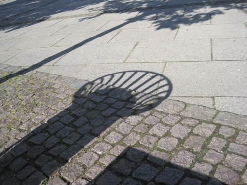 Licht und Schatten - Stadtkunst. - Der mittlere Schatten stammt von einem Papierkorb.