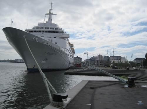 Ein Kreuzfahrer - es können ja nicht alle gleichzeitig im Hamburger Hafen sein.