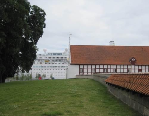 Das Aalborger Schloss - mit Kreuzfahrer!