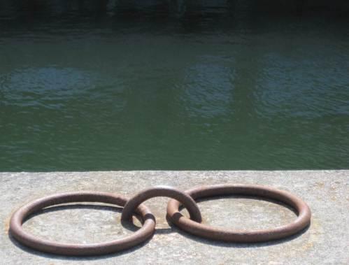 Stilles Kanalwasser hinter Ringen querab zum Limfjord.