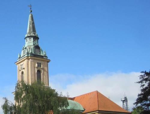 Kirche mit komischem Turmanhang - ich sehe mal nach.