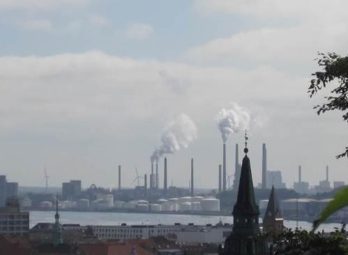 Oben angekommen habe ich einen prima Überblick über die Stadt, hier mit Industrie-Kulisse. - Noch besser wäre der Ausblick, wenn der Aalborg-Turm schon geöffnet hätte ... Der steht nämlich genau neben mir.