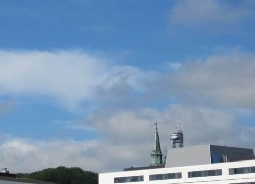 Tag der Abreise, noch Zeit für ein paar Kurztouren. Über den Dächern - Wald, Kirche, Turm - das will ich mal erkunden.
