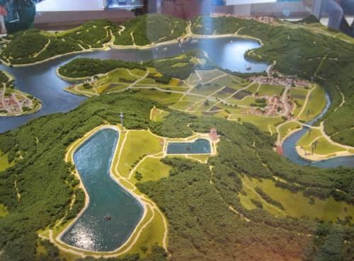 Also gehen wir erstmal ins Infozentrum und lassen uns über Wasserkraft im Allgemeinen und im Speziellen informieren. Hier das Modell der Speicherbecken auf der Bergspitze, dahinter der östliche Teil des Edersees.
