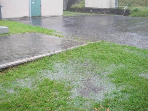 Und es regnet wie aus Eimern.