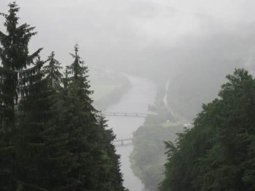 Tief fliegen die Wolken, Nebel hängt über dem Edertal, Affolderner See.