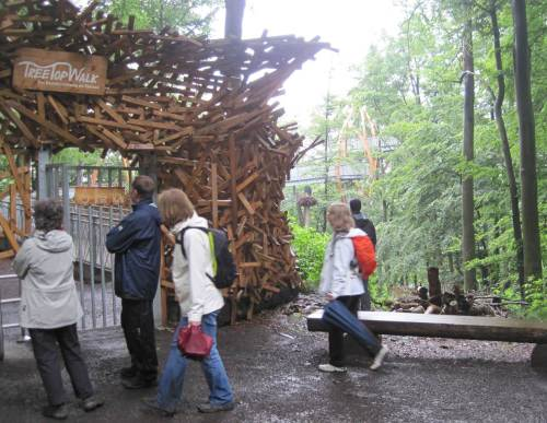 "Obwohl es nicht mehr regnet - die Kasse am Baumkronenpfad verlassen ""wegen Dauerregen"" - der Zugang verschlossen."