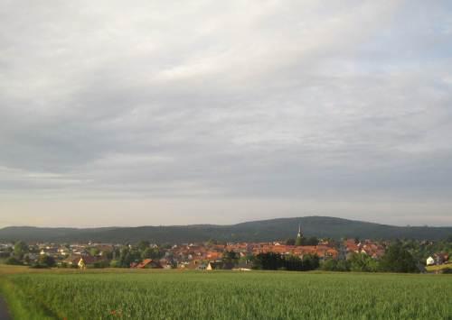 Blick auf das Abendsonne-beschienene Frankenau.