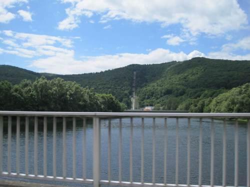 Blick von der Hemfurther Ederbrücke auf die dicken Rohre, durch die Massen von Wasser auf den Peterskopf und zurück ins Kraftwerk transportiert werden. - So hätten wir uns die Anfahrt vorgestellt, doch - es war alles ganz anders.