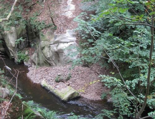 Schotterabgang über geschliffenen Fels