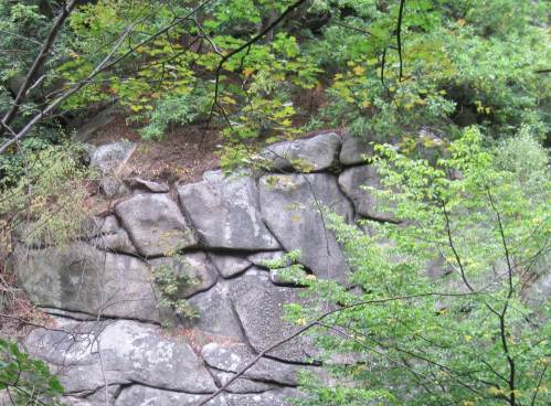 Fels wie gemauert
