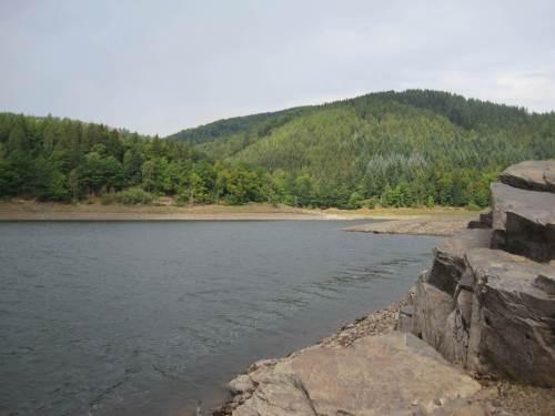 vielfältige Landschaft zwischen Fels und Wald