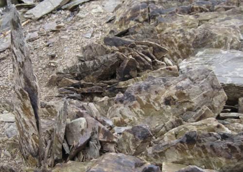 messerscharfe Steinkanten, senkrecht stehend