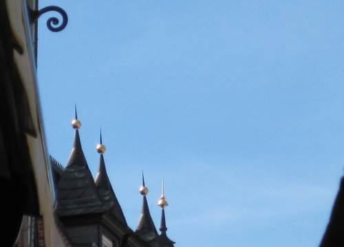 Mittagszeit in Wernigerode - Goldkugeln vor Himmelblau. - Pause.