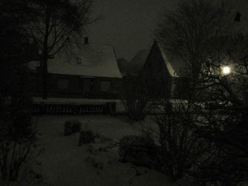 In der Nacht - es schneit, offenbar mehr, als eigentlich angesagt.