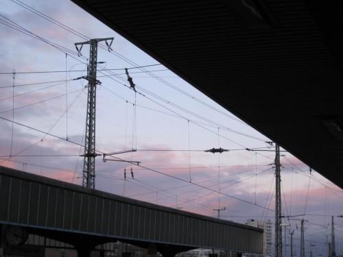 Gegen Abend ging des per Bahn zurück - blau-violetter Himmel in Dortmund.