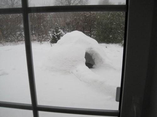 Im Mittelgebirge Schnee - es reicht für Iglu-Bau auf der Terrasse.