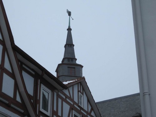 Rathausturm im Fachwerk-Umfeld.
